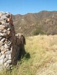 """Este muro de piedra indica el límite """"inferior"""" -nororiental- del lote."""
