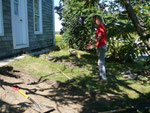 Début des travaux, on commence par découper et enlever la croute de gazon et de terre...