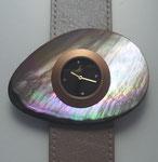 Uhr mit Schmuckscheibe aus Vogelmuschel (Pteria penguin)