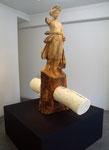 花岡 伸宏「ピンセットの刺さった円柱の飯は木彫りの台を貫通する」2010  / 木、樹脂、ピンセット / 2000×900×1000mm