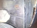 In ndieser Mulde sitzt der Kunststoffbehälter der Tankentlüftung,leider auch verrostet