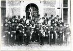 Die Schützenbruderschaft im Jahre 1928 im Schloßhof Merode