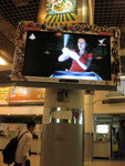 バスターミナルの装飾フレーム付きテレビ