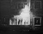 Heike Ruschmeyer: *Schwarz auf Weiß (11 I) - Rostock-Lichtenhagen/24. August 1992*, 2014, Ölfarbe/Nessel, 40 x 50 cm