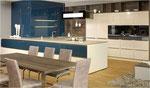 Effet de contrastes entre le bleu nuit brillant et le vanille brillant - Le coloris bois apporte de la chaleur à l'implantation - Exploitation du rangement au maximum - Electroménager effet miroir.