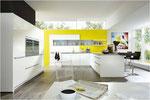 Le mur jaune relève la neutralité de l'aménagement - Peur de se lasser du jaune ? Un peu de peinture, et l'ambiance générale a changé !