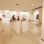 Steph Hardy in den Ausstellungsräumen