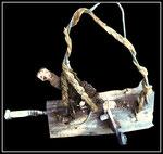 """Materialmontage """"BMI-Standard"""" Werkverzeichnis 1.004 / aus 7.1996, Brennholz-Skulptur für die anderen, nicht geldweren Werte, eine Skulptur für Kinder / Metallschraube, Kurbel, Bandeisen, Drähte, Seil, weiße Farbe auf Brennolzscheit / b 46,0 cm, h 36,0 cm"""