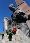Knieende Soldat der Roten Armee, Denkmal mit Roter Rose am Sockel. Sowjetisches Ehrenmal Berlin-Treptow. Foto: Helga Karl