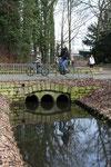Radfahrer auf einem der Wege im Volkspark, Schloss Charlottenburg. Foto: Helga Karl