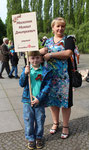 Mutter mit kleinem Jungen, beide tragen das Sankt-Georgs-Band. 9. Mai 2015. Sowjetisches Ehrenmal Berlin-Treptow. Foto: Helga Karl