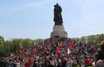 Der Hügel mit dem großen Soldaten mit Kind auf dem Arm ist voll Menschen. Sowjetisches Ehrenmal in Treptow am 9.Mai 2015. Foto: Helga Karl
