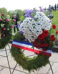 Blumenkranz der französischen Botschaft in den blau-weiß-roten Farben Frankreichs. Sowjetisches Ehrenmal Treptower Park 9.Mai 2015. Foto: Helga Karl