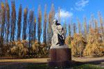 Mutter Heimat vor blauem Himmel und herbstlichen Pappeln. Sowjetisches Ehrenmal Treptower Park Berlin. Foto: Helga Karl