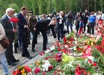 """Menschen legen viele Blumen für """"Mutter Heimat"""" nieder. Sowjetisches Ehrenmal Treptow. 9.Mai 2015. Foto: Helga Karl"""