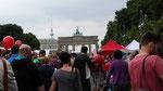 Umweltfestival - Menschen auf der Strasse des 17.Juni mit Blick zum Brandenburger Tor. Foto: Helga Karl