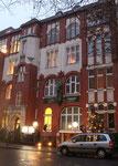 Ein dreigeschossiges, prächtig mit Mustern und Farben an der Backsteinfassade gestaltet. Foto: Helga Karl