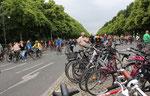Radfahrer und viele geparkte Fahrräder. Fahrrad Sternfahrt Berlin. Foto: Helga Karl