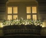 Mit vielen Lichtern geschmückter Balkon in Friedenau an Silvester. Foto: Helga Karl