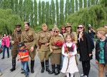 Männer und Frauen in Uniform, Kinder dabei, lassen sich am 9.Mai 2015 fotografieren. Foto: Helga Karl, Sowjetisches Ehrenmal Berlin-Treptow