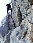 Beim 'Dachleck' klettert man am besten über den Bohrhaken (gut griffiger 5er) als einige m abzusteigen und mit Seilzug zu kämpfen!