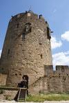 Manon mit Hundis vor Ihrem Turm..... ( Lupe nehmen )