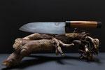 1.027 Santoku Küchenmesser aus geschmiedetem 3-Lagenstahl, Griff aus Birnbaum mit Wasserbüffelhorn