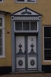 Une des nombreuses portes, moulurée et peinte