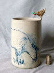 vase cylindre 13 cm de hauteur, poule picorant au-dessus d'une vache