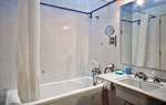 The bathroom with a bathtub... / El baño con bañera...