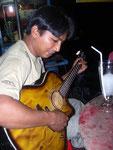 Die Gitarre bei Nacht am Meer - der Wirt vom Stand hat gerade nichts zu tun