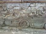 Ein Auto an der Tempelmauer? Achso, doch kein Unfall....