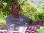 Mit ihm kann man sogar auf russisch reden - Kadek am Wasserfall von Sekumpul