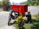 Wie kommt der Kühlschrank aufs Moped? Der Herr machts vor!