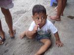 Kinder sind hier noch mit einfachen Spielen am Straßenrand zufrieden