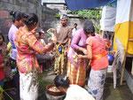 Zeremonien sind daher wirtschaftliche Belastungen für die meist armen Balinesen.