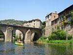 Passage en canoë sous le pont du village