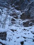 Im Sommer ein sprudelnder Wasserfall, zu dieser Jahreszeit natürlich zugefroren.
