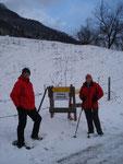 Die Abzweigung auf den Wandersteig kurz vorm Kogler Bauern. Auf dem Bild sind ich und Bergschnecke Margit zu sehen.