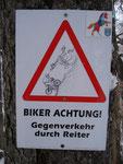 Biker müssen hier höllisch aufpassen. Gegenverkehr durch Pferde. Welch nettes Schildchen dies doch ist!