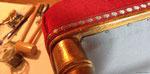 Chaise rouge : Réfection complète de l'assise velours rouge et galon effet clou