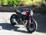 Selle Ducati Scrambler Icon : Modification de la mousse (affinage de l'assise et des flancs), couverture simili cuir noir, bourrelets et doubles surpiqûres