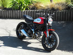 Selle Ducati Scrambler Icon : Modification de la mousse (affinage de l'assise et des flancs), couverture simili cuir noir, bourrelets et doubles surpiqûres