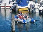 Chiara und Joshua im Schlauchboot