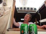 ein erfrischendes Bier nach dem Baden