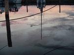 Spiegelung im Hafenbecken in der Abenddämmerung