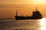 Kleiner Tanker in der untergehenden Sonne