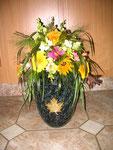 Urnenschmuck mit Sommerblumen