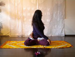 Drehübung links im Lotussitz - Padmasana