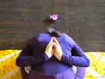 Vorwärtsbeuge im Lotussitz in Anjali Mudra